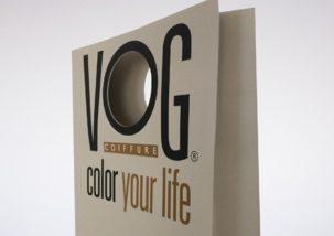 sac papier publicitaire luxe personnalisé avec poignées découpées en trompe l'oeil sur le O de Vog